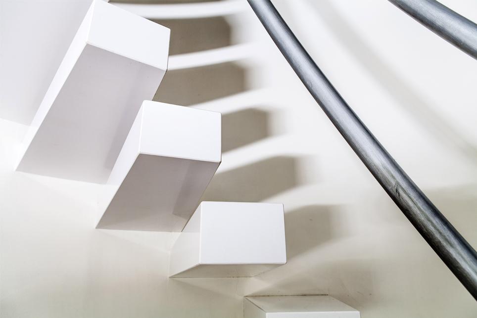 Escalera silestone blanco zeus montada en inglete y for Escaleras suspendidas