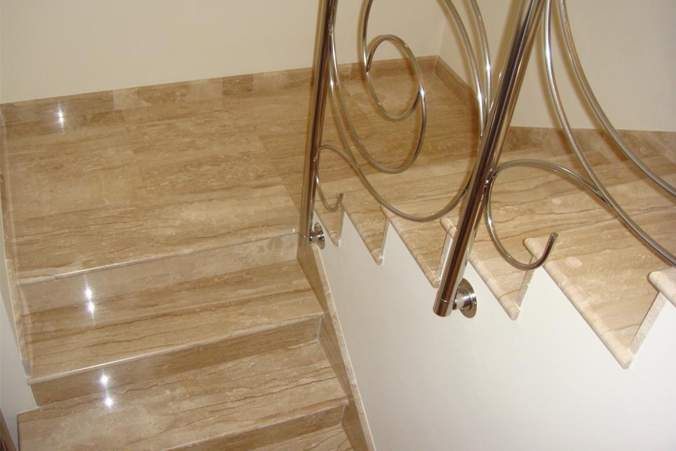 Escalera m rmol daino reale con bocel redondo m rmoles for Unas color marmol