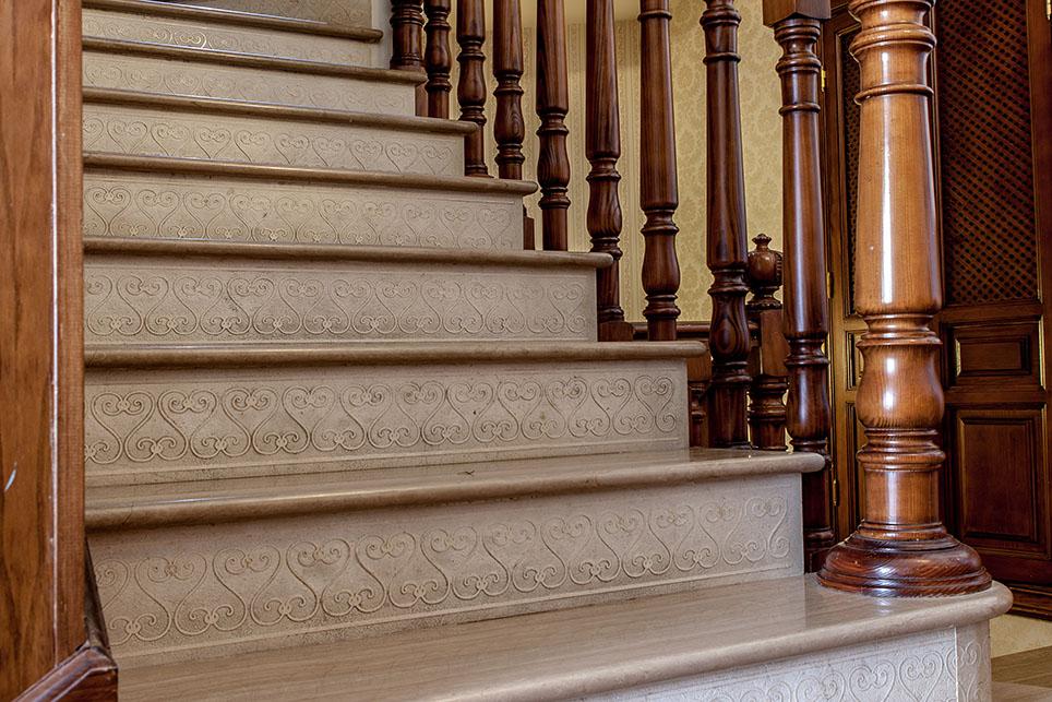 Escalera M Rmol Serpeggiante Y Caliza Con Tabica Grabada