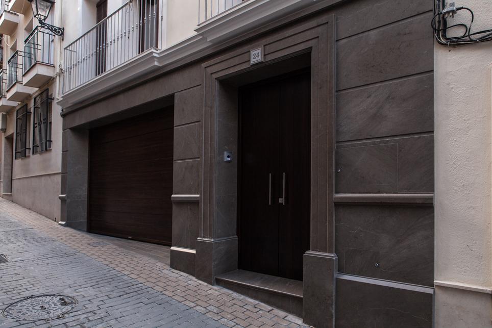Fachada moldurada en marmol gris sierra elvira m rmoles - Revestimientos de fachadas ...