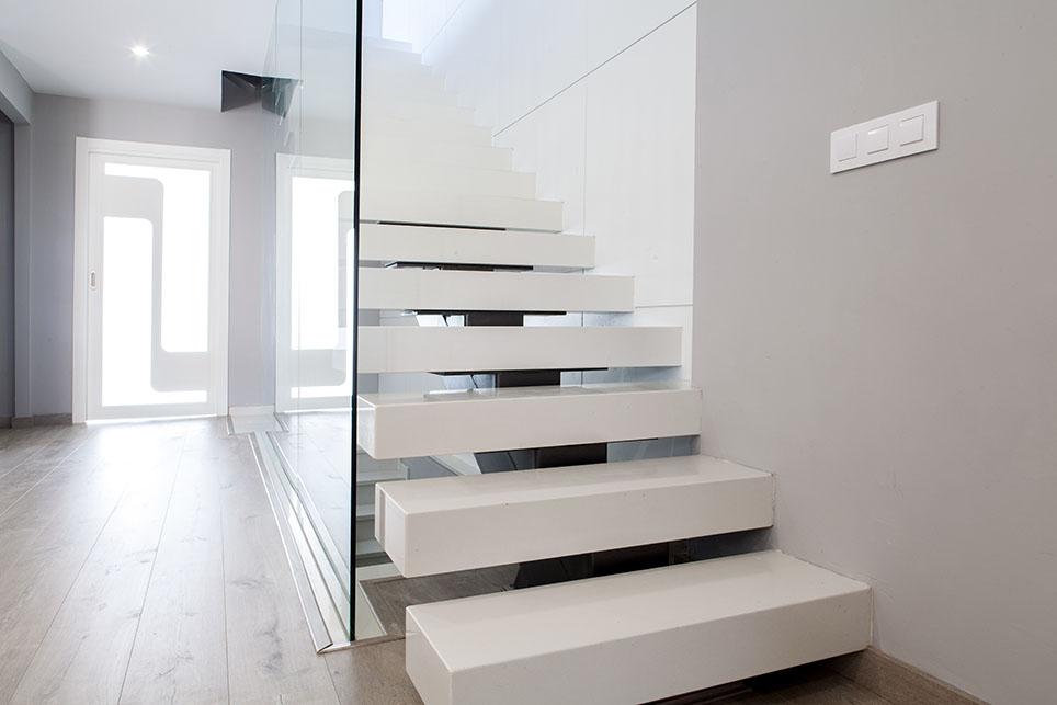 Escalera compacto nieve suspendida m rmoles santo domingo for Escaleras de material