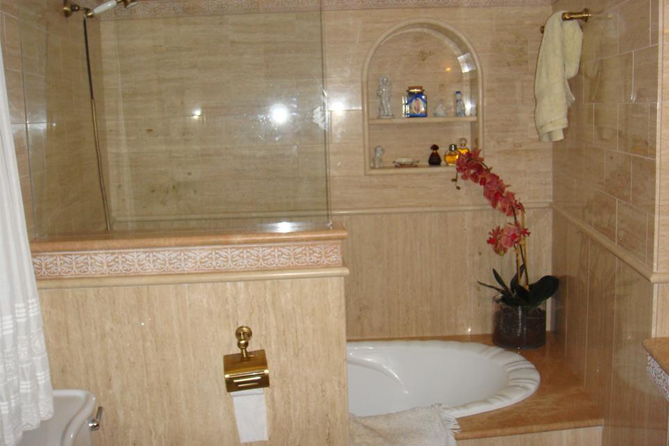 Emplacado travertino romano empastado transparente m rmoles santo domingo - Banos con marmol travertino ...