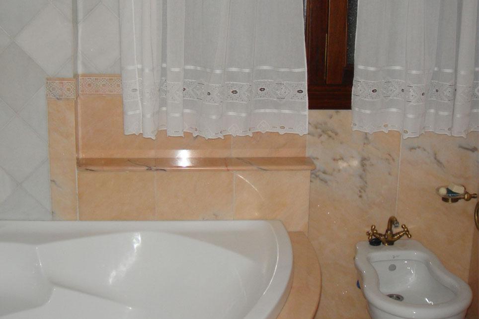 Emplacado rosa portugues y blanco macael m rmoles santo for Bano marmol blanco